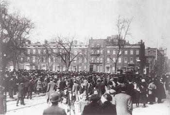 TITLE: Triangle Waist Co. fire, N.Y.C.--Crowds at sence [i.e. scene] of Washington St. fire, N.Y. CREATED/PUBLISHED: 1911 March 26. NOTES: George Grantham Bain Collection (Library of Congress). SUBJECTS: Triangle Shirtwaist Company--Disasters--New York (State)--New York--1910-1920. Fires--New York (State)--New York--1910-1920. Crowds--New York (State)--New York--1910-1920. FORMAT: Gelatin silver prints 1910-1920. REPOSITORY: Library of Congress Prints and Photographs Division Washington, D.C. 20540 USA CrÈdito: George Grantham Bain Collection - Biblioteca do Congresso, Washington